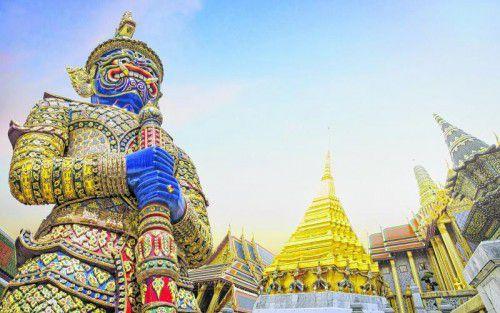 Fast alle der Gebäude, Tempel und Figuren im Königspalast sind mit Blattgold, Mosaiken und Edelsteinen geschmückt.