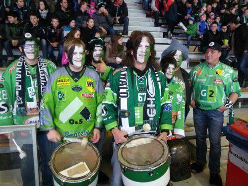 Andreas Hohenegg (Mitte) und seine Kollegen sind mit Leib und Seele Fans des EHC Bregenzerwald.