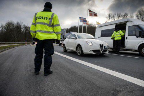 Dänische Polizisten kontrollieren Fahrzeuge bei Krusa an der deutsch-dänischen Grenze.