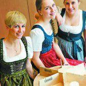 Schülerinnen lieben und präsentieren den Käse