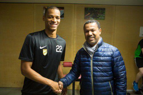Filipe Alves Viana wird von Austria-Trainer Lassaad Chabbi (r.) willkommen geheißen.