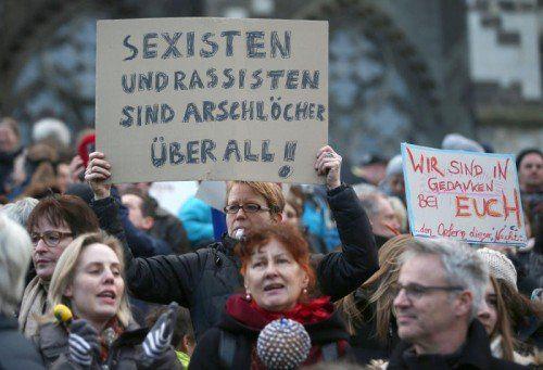 Frauen und Männer demonstrierten vor dem Kölner Dom gegen Rassismus und Sexismus.