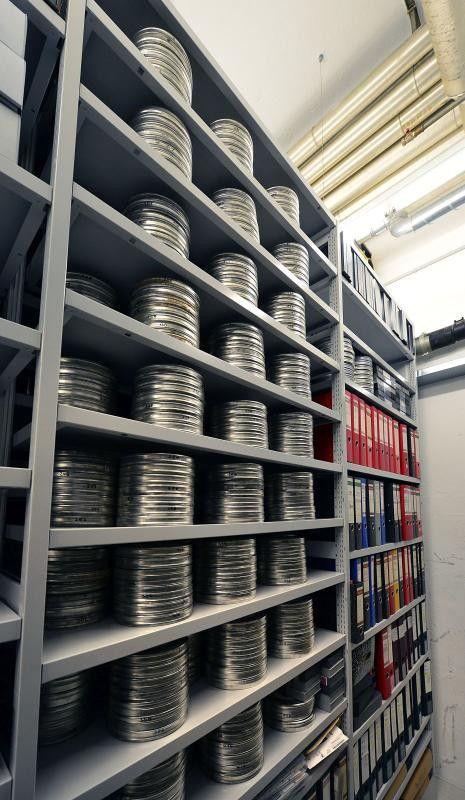 Im Kühldepot der Landesbibliothek lagern seit zwei Wochen 25.000 Dias und rund 500 Filmrollen der Sammlung Werner Fend.