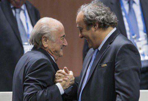 Joseph Blatter (links) und Michel Platini werden weiter gegen ihre langjährigen Sperren kämpfen.