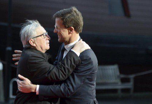 Juncker (l.) und Rutte trafen sich in Amsterdam.