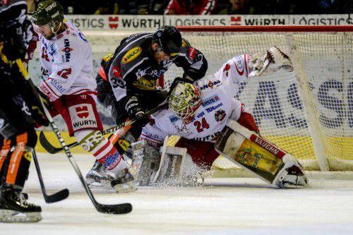 Matt Siddall macht Druck auf Bozen-Torhüter Jaroslav Hübl.