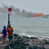60 Menschen springen von brennendem Boot