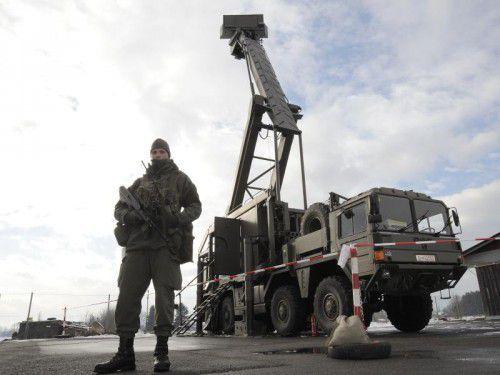 Mobile Radarstationen am Boden stehen bereit.