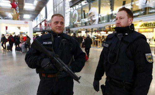 Münchens Polizei ist trotz Entwarnung in Alarmbereitschaft. Zusätzliche Beamte sind unterwegs.