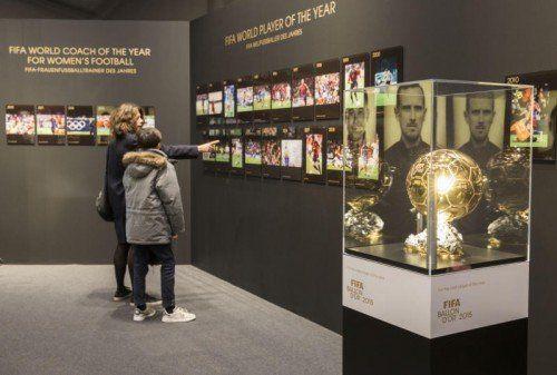 Neben dem Ballon d'Or (Bild) wird auch die originale WM-Trophäe im Museum des Fußball-Weltverbandes ausgestellt sein.