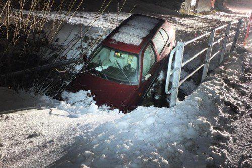 Nicht ideal bereift: Das Unfallauto landete im Bach.