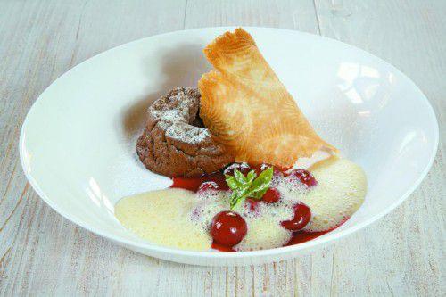 Pefektes Dessert für kalte Tage: warmes Schokoküchlein mit Birnenragout.