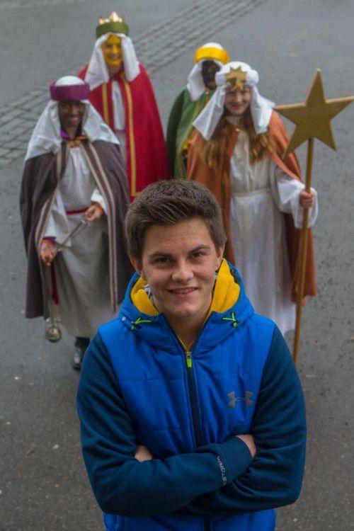 Philipp Bohle aus Dornbirn ist als Begleitperson der Sternsinger im Dornbirner Hatlerdorf unterwegs.
