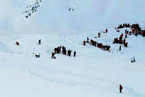 Rund 80 Rettungskräfte waren im Einsatz. Unterstützt wurden sie von vier Helikoptern und von Lawinensuchhunden.