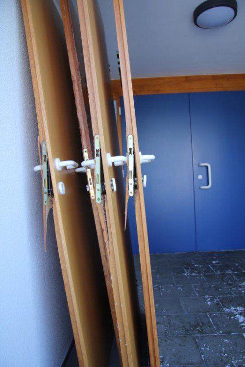 Sämtliche Türen im Gebäude wurden vom unbekannten Täter mit Gewalt aufgestemmt.