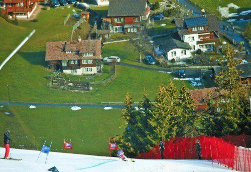 Schon bei den Weltcuprennen im letzten Jahr sah es in Adelboden wenig winterlich aus. Am Wochenende fällt die Entscheidung, ob die Rennen 2016 stattfinden können.