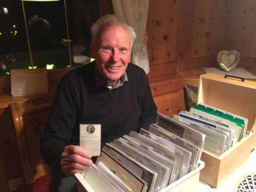 Sepp Zugg ist stolz auf seine Sterbebilder-Sammlung. Gerne zeigt er seine Highlights her.