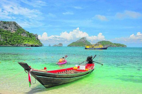 Strand auf Mae Koh mit typischem Long-Tail-Boot im Mu Ko Ang Thong National Park.