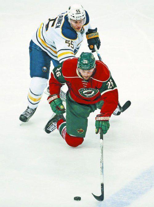 Thomas Vanek wird von Rasmus Ristolainen gestoppt.