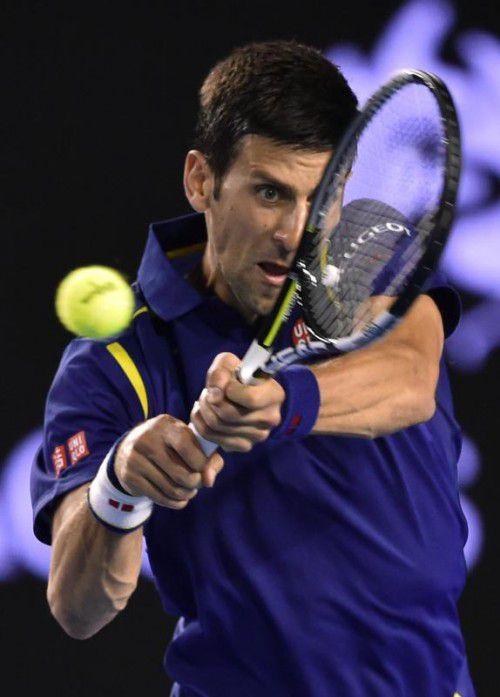 Titelverteidiger Novak Djokovic hat in Melbourne ohne große Mühe die dritte Runde erreicht.