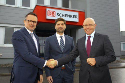 V. l.: Neuer DB-Schenker-Röthis-Chef Thomas Radauer, Vorstand Helmut Schweighofer und Radauer-Vorgänger Manfred Zaletel.