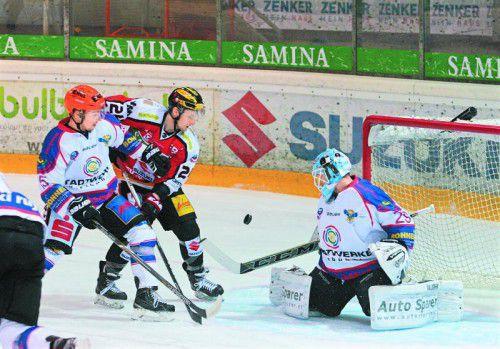 VEU-Stürmer Smail Samardzic (M.) kommt an Kitzbühel-Verteidiger Philipp Ullrich vorbei, nicht aber an Torhüter Markus Rainer.