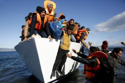 Zahlreiche Flüchtlinge erreichen Europa über die griechischen Inseln. Die EU-Innenminister fordern von Athen besseren Grenzschutz.