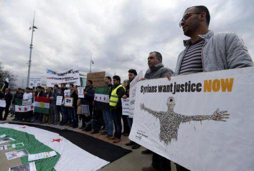 Zahlreiche Menschen demonstrieren vor dem UN-Gebäude in Genf gegen das syrische Regime.
