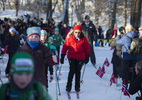 Zum Thronjubiläum mischt sich Norwegens Königspaar unters Volk. Auf dem Schlossplatz tobt auch der königliche Nachwuchs im Schnee.