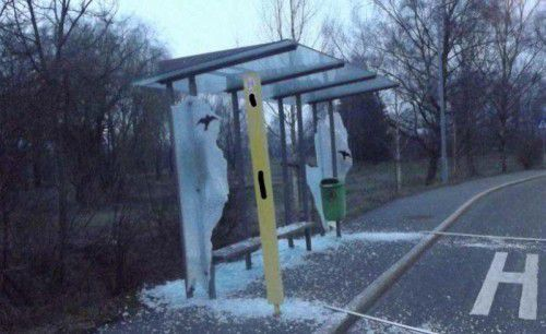 Bei dieser Bushaltestelle leisteten die Unbekannten ganze Arbeit. Der entstandene Sachschaden ist enorm.