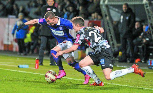 Das Duell um den Ball zwischen dem Linzer Reinhold Ranftl (rechts) und Lucas Venuto.