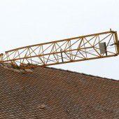 Kran landet auf Kirchendach: Gott sei Dank keine Verletzten