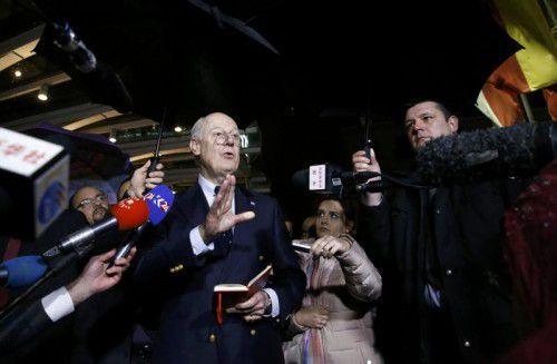Der Sonderbeauftragte de Mistura verkündet Journalisten in Genf den vorübergehenden Gesprächsstopp.