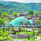 Futuristische Brücke in Tiflis