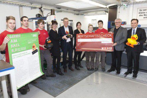 Die Lehrlinge der Getzner Textil AG gemeinsam mit Conny Amann, Georg Comploj, Havva Dogan, Franz Abbrederis und Michael Amann.