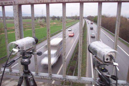 Die Polizei justiert auf den Autobahnbrücken regelmäßig Überwachungskameras, die die Abstände zwischen den Fahrzeugen messen.