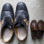 Vier Paar Schuhe für die größten Füße der Welt