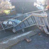 Auto fliegt durchs Geländer