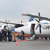 VLM Airlines startet mit Torte und Fontäne am Bodensee-Airport Friedrichshafen