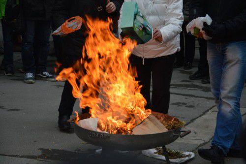 Im Feuer beim Aschenritual am Leutbühel in Bregenz wurden die mitgebrachten Palmzweige des Vorjahres – symbolisch auch Belastendes und Verletzendes – verbrannt.