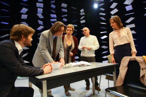 """Im Zentrum des Stücks """"Alles"""" steht eine Gruppe von Büroangestellten, an deren ursprüngliche Aufgabe sich niemand mehr erinnern kann, am wenigsten sie selbst."""