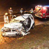 Autofahrer bei Frontalkollision lebensgefährlich verletzt