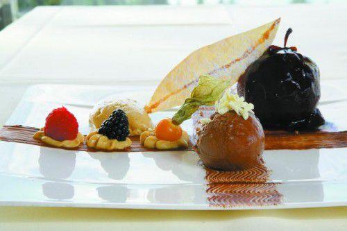 Köstliches für die Winterzeit: Pochierter Rotweinapfel mit Mousse aus Wälderschokolade.