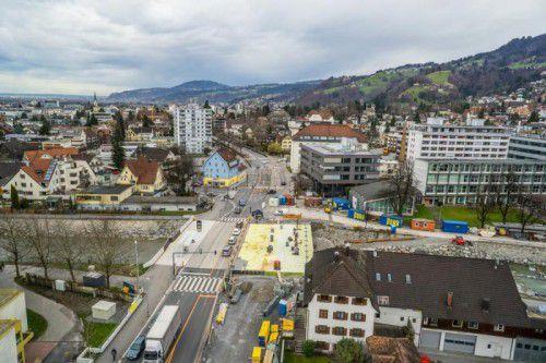 Luftaufnahmen der Arbeiten auf der Sägerbrücke. Mehrere Monate früher als geplant wird die Brücke über die Dornbirner Ache fertiggestellt.