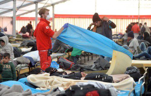 November 2015: Ein Mitarbeiter des Roten Kreuzes in einem Notquartier in Salzburg.