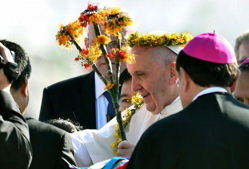 Papst Franziskus wird von der indigenen Bevölkerung des mexikanischen Staates Chiapas mit Blumen begrüßt.
