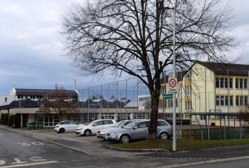 Vor der Sporthalle Hofsteig im Strohdorf in Wolfurt soll eine neue Schul- und Trainingsturnhalle entstehen.
