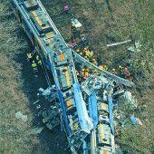 Zwei Züge mit rund 150 Pendlern bohrten sich mit hoher Geschwindigkeit buchstäblich ineinander.