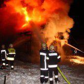 200 Mann bekämpfen Flammen