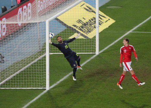 Beim 0:1 war Österreichs Schlussmann Ramazan Özcan machtlos. Zumal Verteidiger Florian Klein (rechts) den Ingolstadt-Legionär beim Freistoß durch Hakan Calhanoglu leicht behinderte.
